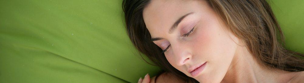 спящая брюнетка