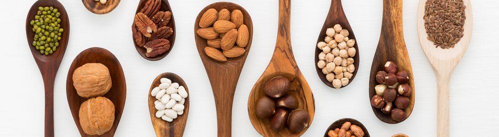 орехи в деревянных ложках