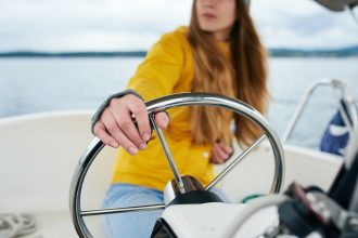 девушка за рулем яхты
