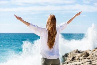 женщина медитирует на фоне моря