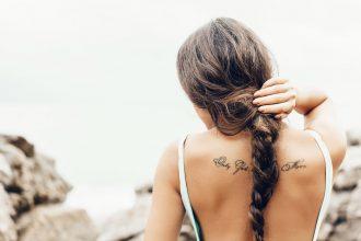 девушка с татуировкой на спине