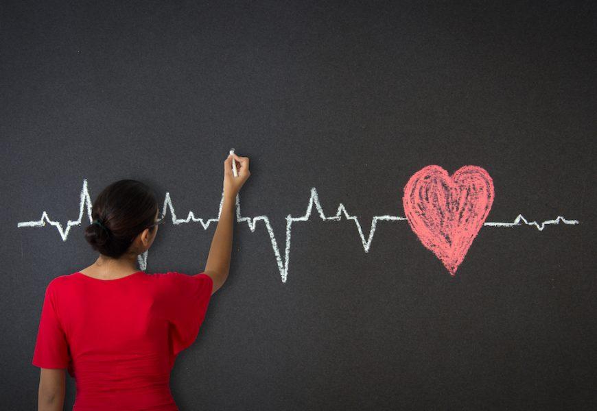 Девушка рисует диаграмму сердца