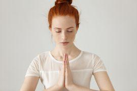 рыжая девушка медитирует