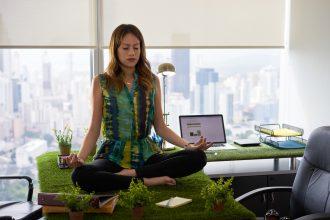 женщина медитирует в офисе